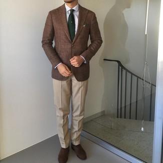 Tendances mode hommes: Porte un blazer marron et un pantalon de costume beige pour un look classique et élégant. Assortis ce look avec une paire de chaussures richelieu en daim marron foncé.