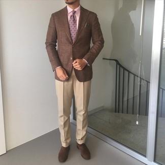 Tendances mode hommes: Marie un blazer marron avec un pantalon de costume marron clair pour un look classique et élégant. Cet ensemble est parfait avec une paire de chaussures richelieu en daim marron foncé.