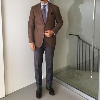 Comment porter un pantalon de costume gris foncé: Pense à harmoniser un blazer marron avec un pantalon de costume gris foncé pour un look classique et élégant. Une paire de slippers en cuir noirs est une option génial pour complèter cette tenue.
