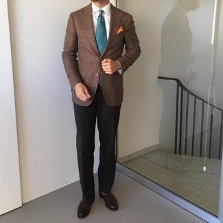 Comment porter des slippers en cuir marron foncé: Pense à opter pour un blazer marron et un pantalon de costume noir pour dégager classe et sophistication. Une paire de slippers en cuir marron foncé est une option parfait pour complèter cette tenue.