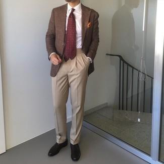 Tenue: Blazer marron, Chemise de ville blanche, Pantalon de costume marron clair, Chaussures richelieu en cuir noires