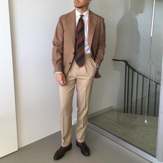 Comment porter des slippers en cuir marron foncé: Pense à associer un blazer marron avec un pantalon de costume marron clair pour un look pointu et élégant. Cette tenue se complète parfaitement avec une paire de slippers en cuir marron foncé.
