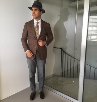 Comment porter un pantalon de costume gris foncé: Harmonise un blazer marron avec un pantalon de costume gris foncé pour une silhouette classique et raffinée. Complète ce look avec une paire de slippers en cuir marron foncé.