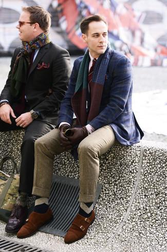 Comment porter: blazer écossais bleu marine, chemise de ville blanche, pantalon de costume en laine marron clair, double monks en daim tabac