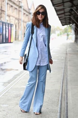 Comment porter: blazer bleu clair, chemise de ville bleu clair, pantalon flare bleu clair, sandales à talons en cuir noires