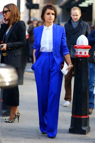 Tenue de Miroslava Duma: Blazer bleu, Chemise de ville blanche, Pantalon large bleu, Escarpins en cuir noirs