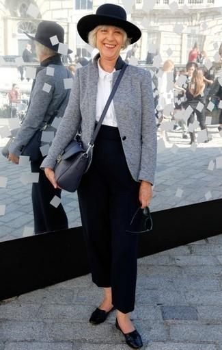 Comment porter: blazer en laine gris, chemise de ville blanche, pantalon large bleu marine, slippers en cuir noirs