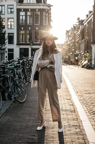 Comment porter: blazer blanc, chemise de ville á pois blanche et noire, pantalon large beige, escarpins en cuir blancs