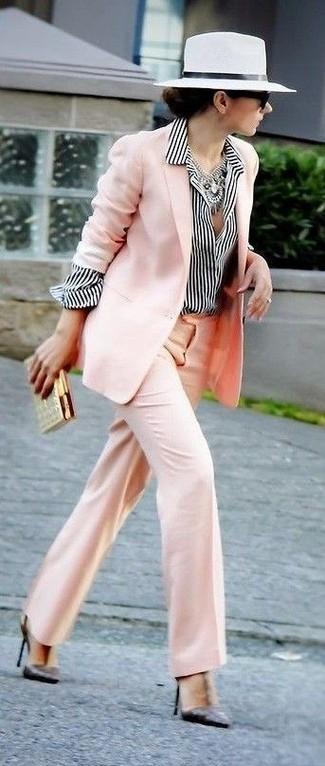 Comment porter un chapeau de paille blanc: Opte pour un blazer rose avec un chapeau de paille blanc pour une tenue idéale le week-end. Complète ce look avec une paire de des escarpins en cuir noirs.
