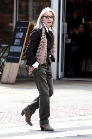 Comment s'habiller après 60 ans: Associer un blazer en laine noir avec un pantalon large olive est une option parfait pour une journée au bureau. Une paire de des bottines en cuir gris foncé est une option judicieux pour complèter cette tenue.