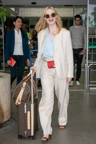 Comment porter: blazer en lin beige, chemise de ville bleu clair, pantalon large en lin beige, sandales à talons en cuir à rayures horizontales multicolores