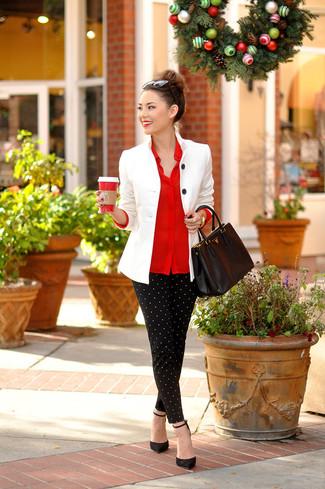 Comment porter: blazer blanc, chemise de ville rouge, pantalon slim á pois noir et blanc, escarpins en daim noirs