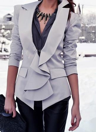 La polyvalence d'un blazer gris et d'une pochette en cuir matelassée noire femmes Rebecca Minkoff en fait des pièces de valeur sûre.