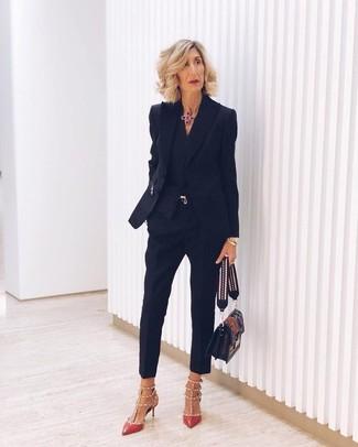 Comment porter une ceinture dorée: Choisis un blazer noir et une ceinture dorée pour une impression décontractée. Une paire de des escarpins en cuir à clous rouges est une option judicieux pour complèter cette tenue.