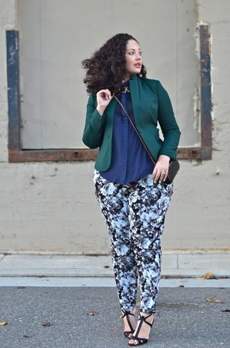 Comment porter des sandales à talons avec un pantalon slim: Associe un blazer vert foncé avec un pantalon slim pour une tenue idéale le week-end. Une paire de des sandales à talons est une option génial pour complèter cette tenue.