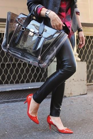 La polyvalence d'un blazer en laine gris foncé Dolce & Gabbana et d'un pantalon slim en cuir noir en fait des pièces de valeur sûre. Cette tenue se complète parfaitement avec une paire de des escarpins en cuir rouges.