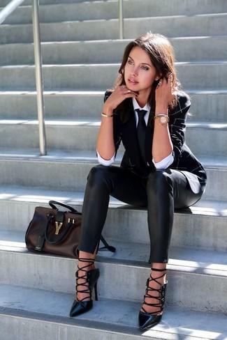 Comment porter: blazer noir, chemise de ville blanche, pantalon slim en cuir noir, escarpins en cuir découpés noirs