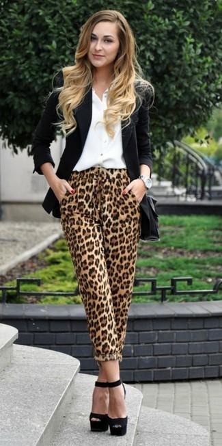 Comment porter: blazer noir, chemise de ville blanche, pantalon style pyjama imprimé léopard marron clair, sandales à talons en daim épaisses noires