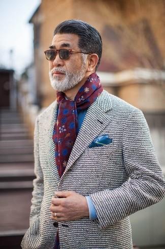 Comment porter: blazer en tweed blanc, chemise de ville bleue, pochette de costume bleue, écharpe imprimée bordeaux