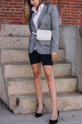 Comment porter: blazer écossais gris, chemise de ville blanche, short cycliste noir, escarpins en daim noirs