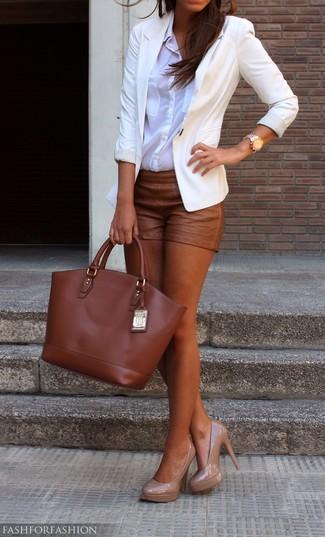 Comment porter: blazer blanc, chemise de ville blanche, short en cuir marron, escarpins en cuir beiges