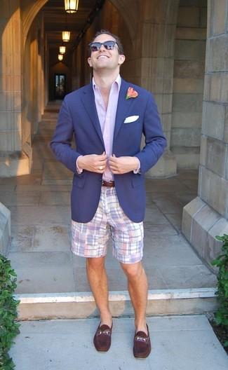 Comment porter: blazer bleu marine, chemise de ville violet clair, short écossais violet clair, slippers en cuir pourpre foncé