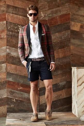 Comment porter: blazer écossais marron, chemise de ville à rayures verticales blanche, short noir, monks en cuir marron