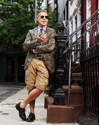 Tenue de Nick Wooster: Blazer camouflage olive, Chemise de ville bleu clair, Short marron clair, Chaussures derby en cuir marron foncé