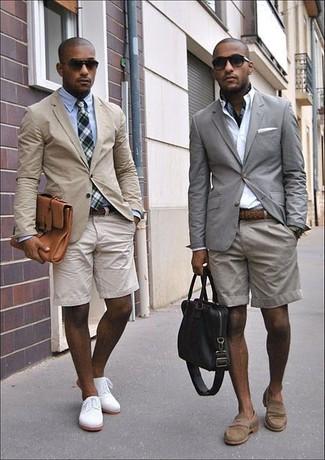Comment porter: blazer gris, chemise de ville blanche, short gris, slippers en daim marron