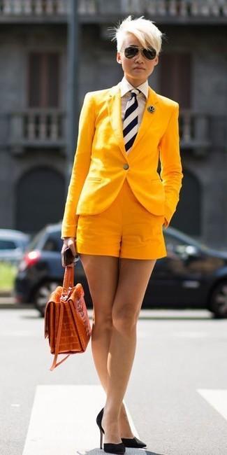 Comment porter une cravate: Pense à harmoniser un blazer jaune avec une cravate pour une impression décontractée. Termine ce look avec une paire de des escarpins en daim noirs.