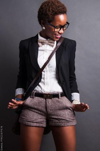 Comment porter: blazer noir, chemise de ville blanche, short en laine gris, sac bandoulière en cuir marron foncé