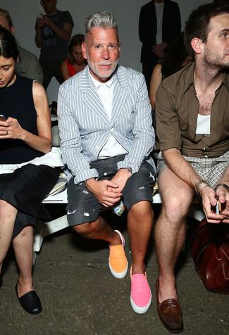 Tenue de Nick Wooster: Blazer à rayures verticales bleu clair, Chemise de ville blanche, Short imprimé gris foncé, Baskets à enfiler orange