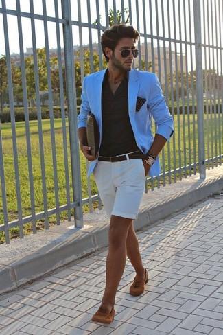 Comment porter: blazer turquoise, chemise de ville noire, short blanc, mocassins à pampilles en daim tabac