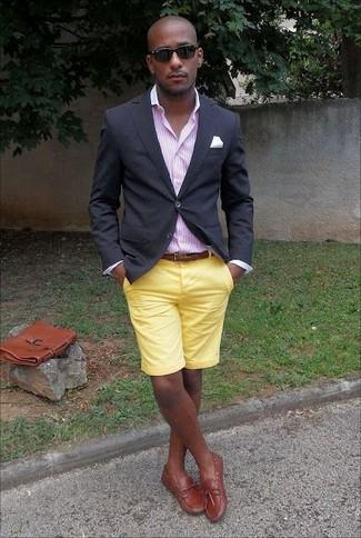 Comment porter: blazer noir, chemise de ville à rayures verticales rose, short jaune, chaussures bateau en cuir tabac