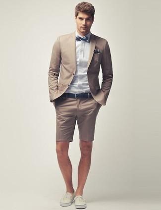 Comment porter: blazer marron clair, chemise de ville bleu clair, short marron clair, baskets basses beiges