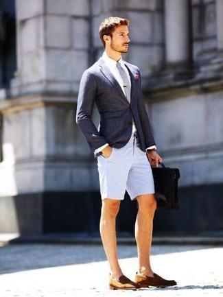 Comment porter: blazer gris foncé, chemise de ville blanche, short gris, slippers en cuir marron