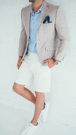 Comment porter: blazer à carreaux beige, chemise de ville bleu clair, short blanc, baskets basses en cuir blanches