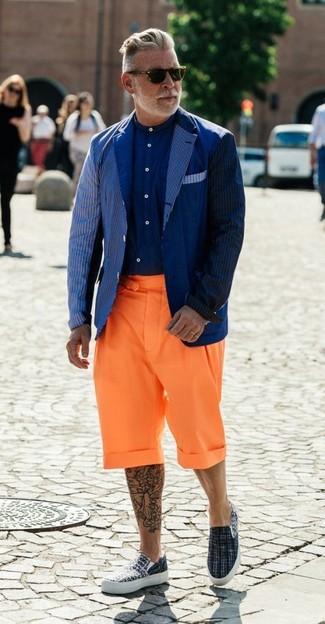 Comment porter: blazer à rayures verticales bleu marine, chemise de ville bleu marine, short orange, baskets à enfiler en toile grises