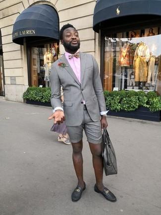 Comment porter: blazer gris, chemise de ville rose, short gris, slippers en cuir noirs