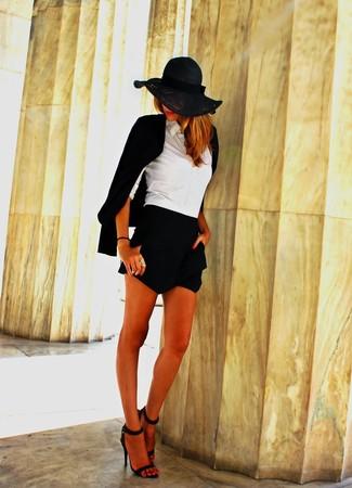 Comment porter: blazer noir, chemise de ville blanche, short noir, sandales à talons en satin noires