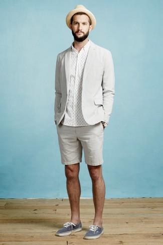 Comment porter: blazer gris, chemise de ville á pois blanche, short gris, baskets basses en toile bleu marine