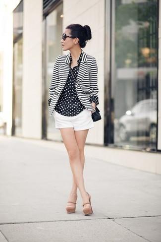 Comment porter: blazer à rayures horizontales blanc et noir, chemise de ville en chiffon á pois noire et blanche, short blanc, escarpins en cuir beiges