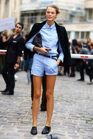 Comment porter: blazer noir, chemise de ville bleu clair, short bleu clair, chaussures richelieu en cuir noires