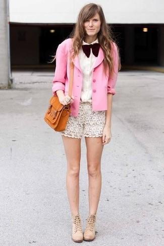 Comment porter: blazer en soie rose, chemise de ville blanche, short en dentelle blanc, bottines en daim beiges