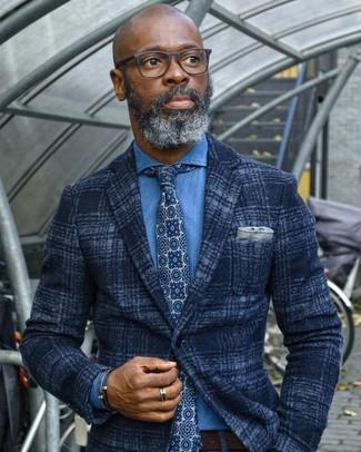 Associe un blazer en laine écossais bleu marine avec une chemise en jean bleue pour un look idéal au travail.