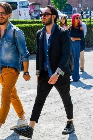 Comment porter une chemise en jean bleue: Pense à associer une chemise en jean bleue avec un pantalon cargo noir pour un déjeuner le dimanche entre amis. Tu veux y aller doucement avec les chaussures? Choisis une paire de des baskets montantes en cuir noires pour la journée.