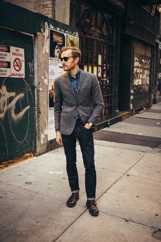Comment porter: blazer en laine gris foncé, chemise en jean bleu marine, jean bleu marine, chaussures brogues en cuir marron foncé