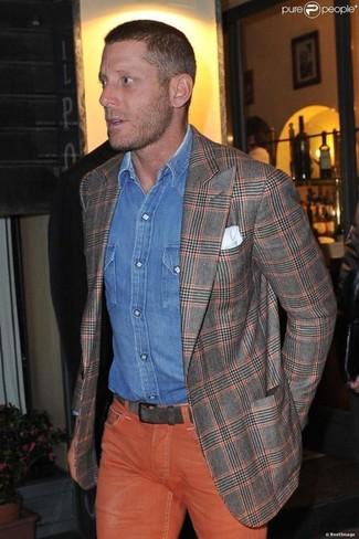 Essaie d'associer un blazer écossais gris avec un jean orange pour obtenir un look relax mais stylé.