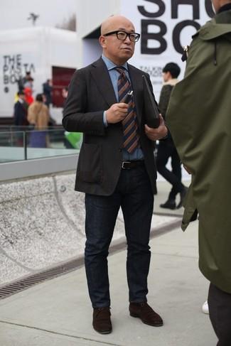 Comment porter: blazer marron foncé, chemise en jean bleu clair, jean noir, bottines chukka en daim marron foncé