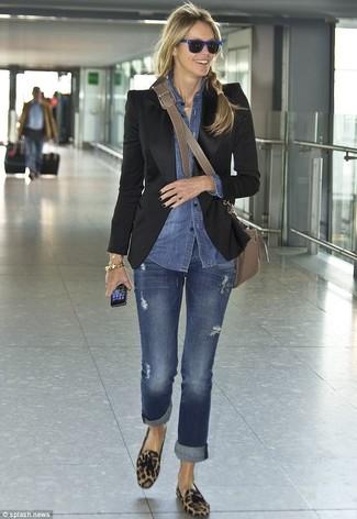 Comment porter: blazer noir, chemise en jean bleue, jean bleu, mocassins à pampilles en daim imprimés léopard marron